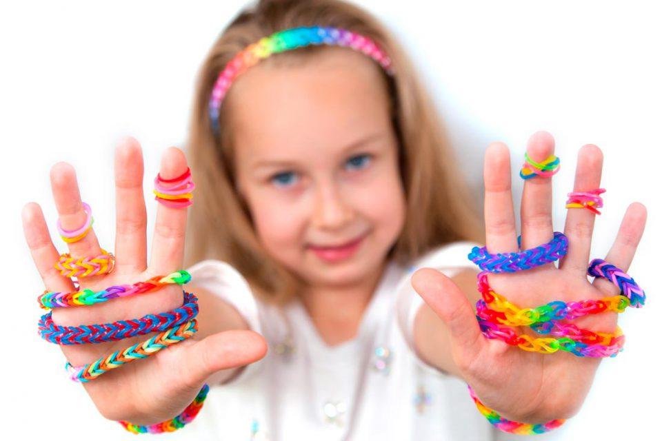 Rainbow Loom – культ плетения браслетов из латексных резиночек набирает обороты