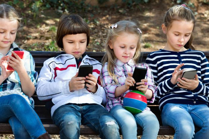 Смартфоны и планшеты помогают развивать детскую мелкую моторику, но лишают ночного сна