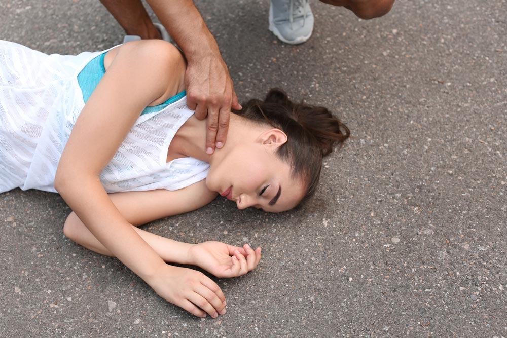 девушка без сознания, меряют пульс